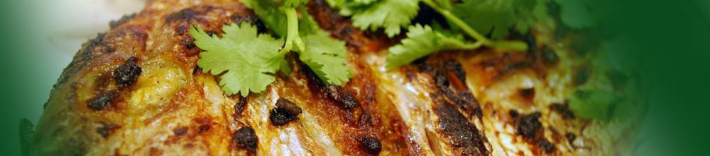Peixe grelhado com alho em pedaços